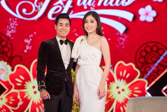 Á hậu Phương Nga cũng làm khách mời trong chương trình. Người đẹp diện váy trắng lệch vai, khoe nhan sắc trẻ trung bên Nguyên Khang.