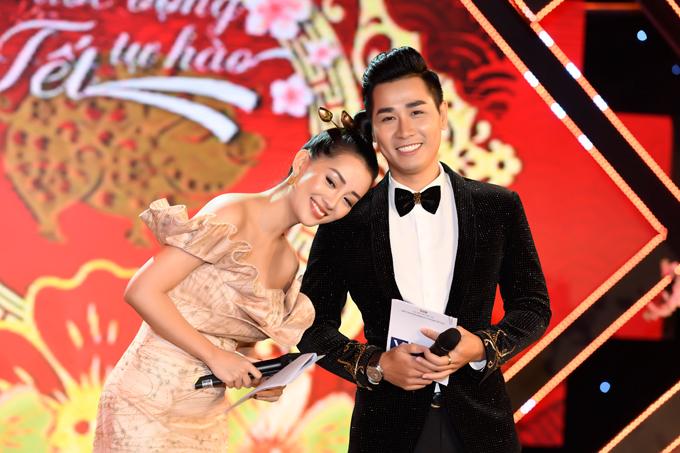 Trước tình cảm của đàn anh, Quỳnh Chi tựa vào vai Nguyên Khang nũng nịu.