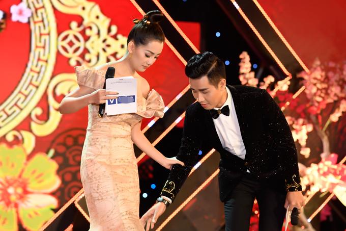 Khi thấy Quỳnh Chi di chuyển khó khăn vì đuôi váy dạ hội khá dài, anh chủ động hỗ trợ cô.