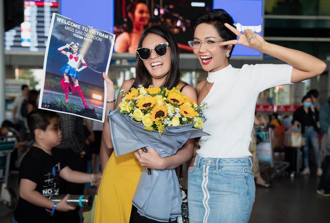 Mới đây, Hoa Hậu Hoàn Vũ Nhật Bản Yuumi Kato có chuyến ghé thăm Việt Nam và hội ngộ Hoa hậu HHen Niê. Hai cô gái tay bắt mặt mừng khi gặp gỡ tại sân bay. Ảnh: Thiên An.
