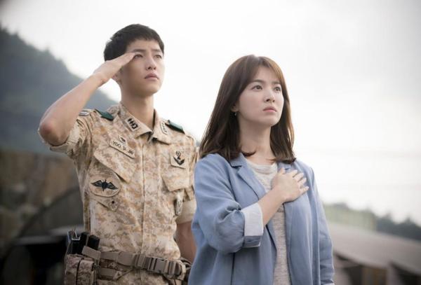 Hậu duệ mặt trờilà một trong số ít các bộ phim khai thác đề tài liên quan đến người lính gây được sức ảnh hưởng lớn vượt ra khỏi lãnh thổ Hàn Quốc. Yoo Shi Jin (Song Joong Ki)là Đại úy quân đặc chủng Đại Hàn dân quốc, đội trưởng đội tác chiến Alpha.Kang Mo Yeon (Song Hye Kyo) là bác sĩ tại bệnh viện Hae Sung, thành viên của tổ chức Bác sĩ không biên giới. Thời gian đầu gặp gỡ bác sĩ Kang đã có sự hiểu lầm đối với đại úy Yoo, sau đó,mối quan hệ giữa họ dần được cải thiện. Trong quãng thời gian làm việc tại Uruk, hai ngườicùng nhaunhiều lần xông pha vào chốn nguy hiểm để giải cứu, chăm sóc cho người dân nơi đây. Cuối cùng, cả hai nhận ra tình cảm của mình dành cho đối phương, quyết định sống bên nhau hạnh phúc.