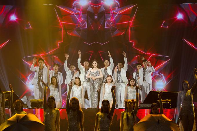 Sau show diễn ở Hà Nội, Hương Tràm vội vàng bay về TP HCM.