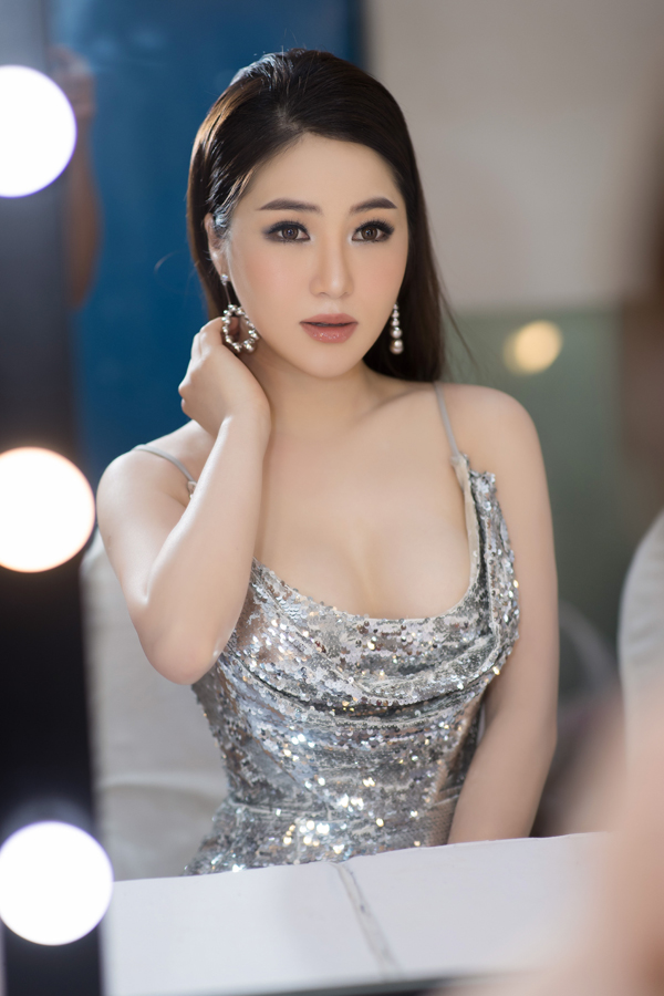 Sau liveshow cá nhân Hộp thư số 1, Hương Tràm không nghỉ ngơi mà liên tục chạy show ở nhiều tỉnh, thành trong cả nước. Nữ ca sĩ chia sẻ,lịch diễn của cô đã kín từ giờ cho đến thời điểm Tết nguyên đán.