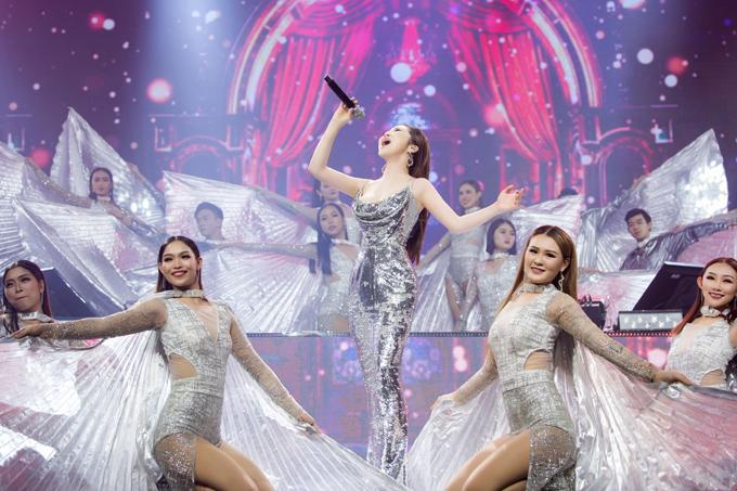 Nữ ca sĩ còn được dàn vũ công hỗ trợ cho màn trình diễn trong chương trình.