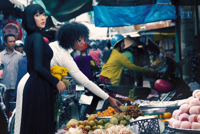 Hai cô gái diện trang phục truyền thống chít eo như thập niên 70 dạo chợ truyền thống, mua sắm chuẩn bị đón Tết.