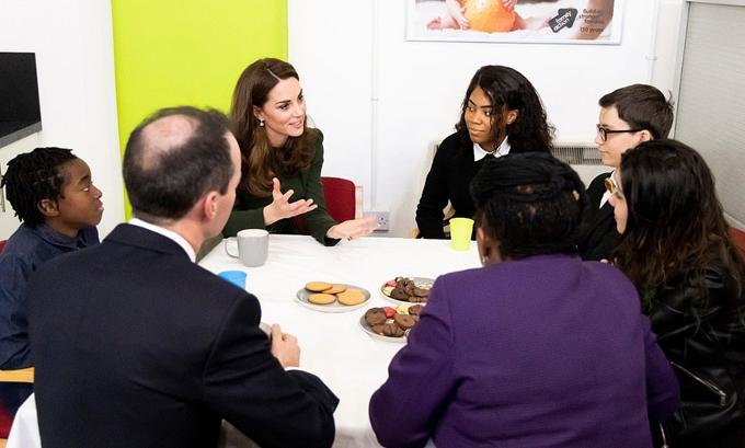 Kate trò chuyện với những trẻ em và thiếu niên sống trong nhà tình thương ở London hôm 22/1. Ảnh: PA.
