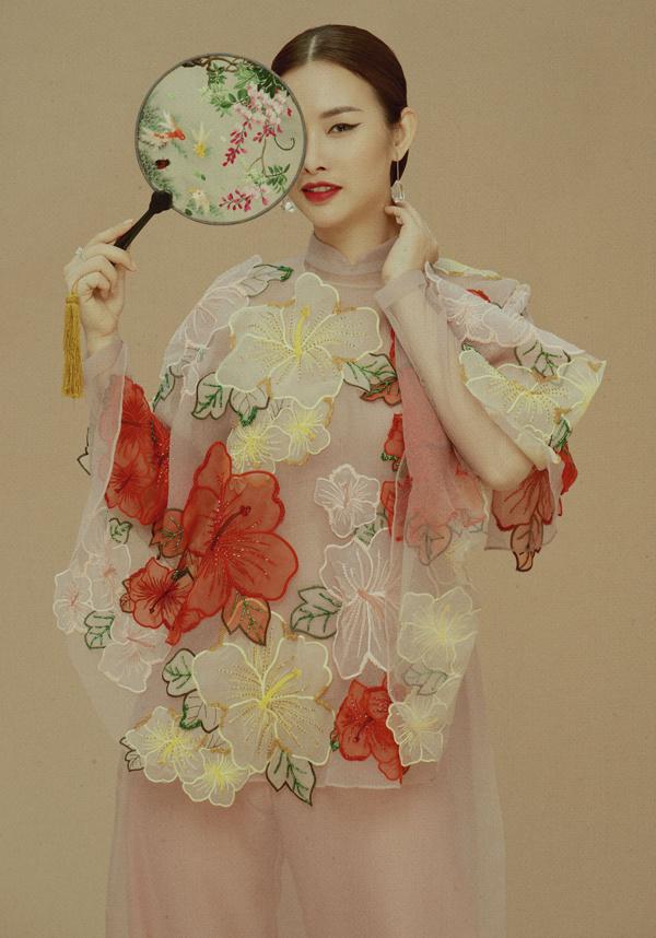Họa tiết hoa dâm bụt lớn và thiết kế áo dài cách tân có thêm phần áo choàng phù hợp với các cô gái thích sự mới lạ. Bộ ảnh do stylist Lê Minh Ngọc và chuyên gia trang điểm Kunny Lee hỗ trợ thực hiện.