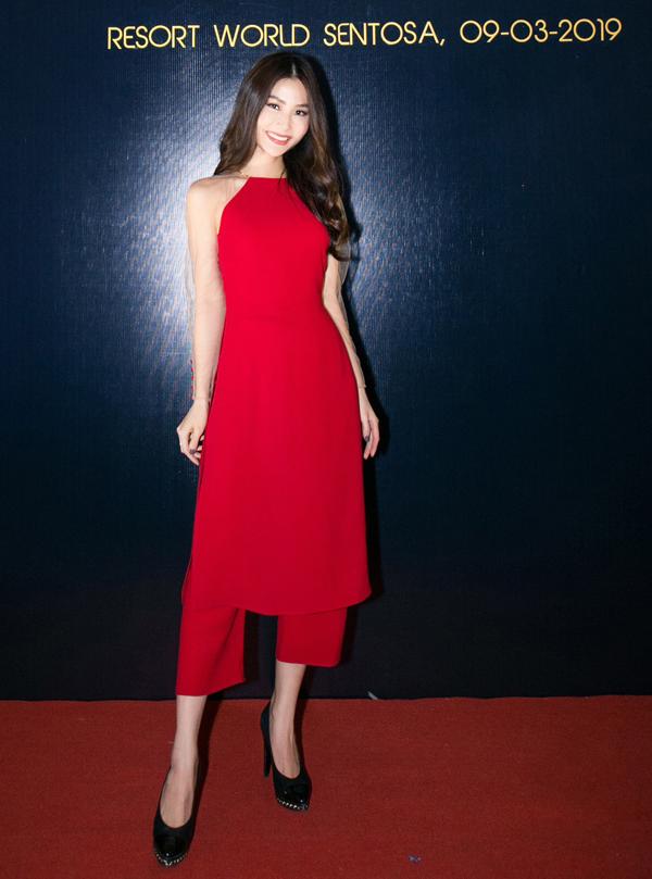 Diễm My điệu đà với trang phục cổ yếm đỏ rực.
