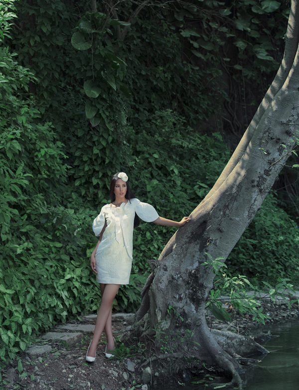 Cô rất thích các kiểu váy pha trộn giữa nét cổ điển và hiện đại.