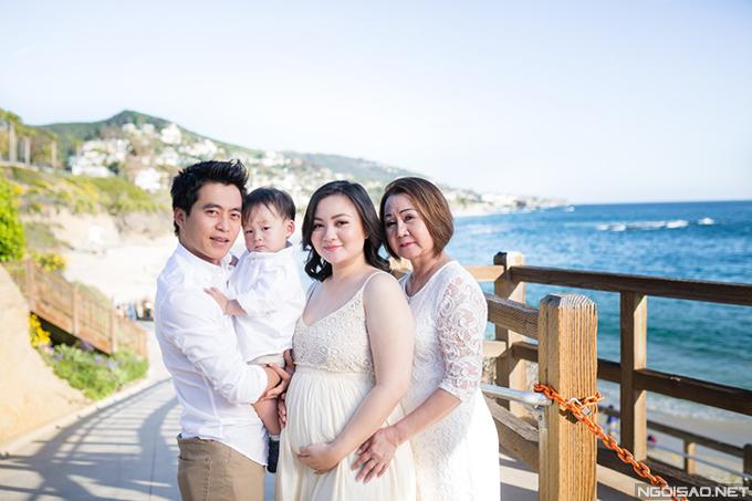 Xuân Mai kết hôn với ông xã cuối năm 2014 khi mới 19 tuổi. Trong ảnh là vợ chồng cô, con trai đầu lòng và mẹ đẻ của cô - nghệ sĩ Thu Thu.