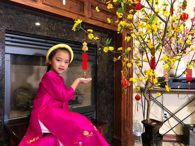 Giọng ca Vùng trời bình yên tiết lộ, con gái 5 tuổi có cá tính mạnh mẽ như mẹ. Cô nhóc cũng thừa hưởng năng khiếu nghệ thuật của mẹ.