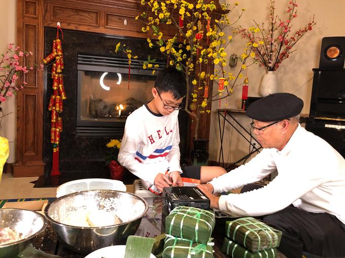 Con trai 12 tuổi của Hồng Ngọcquan sát ông nội một cách chăm chú. Cậu nhóc rất tự hào vì đã có thể tự gói được bánh chưng.