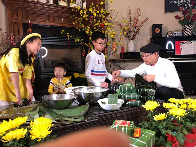 Ba nhóc tỳ rất hào hứng khi được ông nội hướng dẫn cách gói bánh chưng.