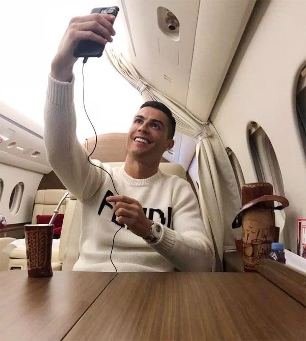 C. Ronaldo đăng ảnh thể hiện niềm vui sau khi thoát án tù đúng thời điểm