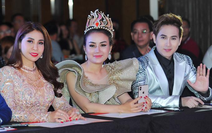 Diễn viên Lý Hương (ngoài cùng bên trái), hoa hậu Trương Nhân (giữa) ngồi ghế nóng cùng Nguyên Vũ.