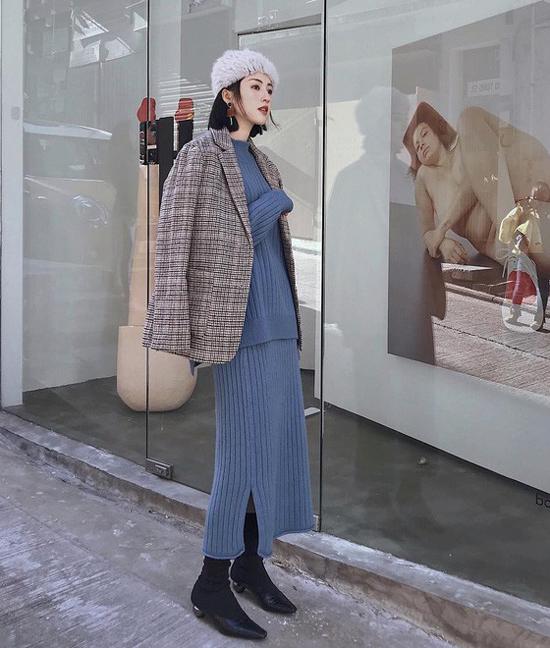 Ngoài kiểu váy liền thân, ôm sát hình thể là các mẫu chân váy áo len nhiều sắc màu, mang tới nhiều cảm hứng sáng tạo trong việc mix đồ đông cho bạn gái công sở.