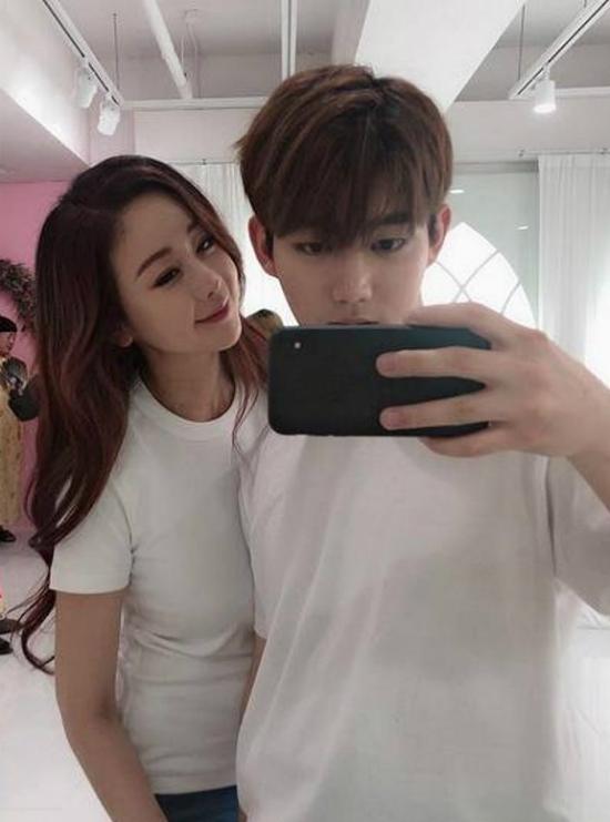 Ham So Won và ông xã Jin Hua chụp ảnh cùng nhau.
