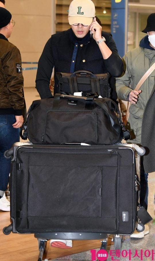 Hyun Bin trở về Seoul chiều 24/1, anh nhập cảnh tại sân bay Quốc tế Incheon. Trước đó, theo một số nguồn tin, tài tử sang Mỹ vì công việc. Tuy nhiên, nhiều nguồn tin cho hay anh và bạn diễn Negotiation Son Ye Jin tranh thủ sang nước ngoài nghỉ ngơi, hẹn hò, cả hai còn bị bắt gặp đi mua sắm tại một siêu thị ở Los Angeles.