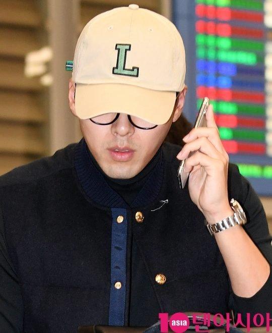 Bất chấp vòng vây báo chí, Hyun Bin mải mê nghe và trả lời điện thoại. Tài tử đã thông qua công ty quản lý phủ nhận chuyện đang yêu Son Ye Jin, anh khẳng định chỉ vô tình trùng lịch trình với bạn diễn nên hội ngộ cô tại Mỹ mà thôi.