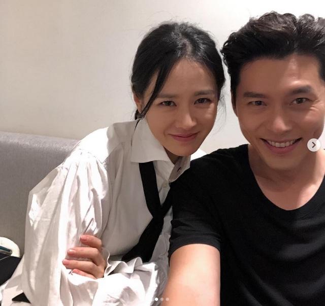 Nhiều tin đồn cho hay Son Ye Jin và Hyun Bin đang tìm hiểu nhau, nhưng đại diện của cả hai phía đều phủ nhận. Hiện tại, Son Ye Jin vẫn đang nghỉ dưỡng ở Mỹ và chưa về nước.