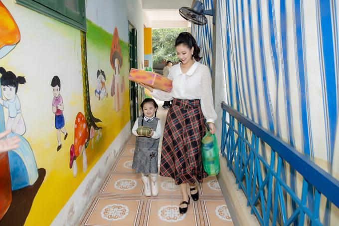 Khi theo mẹ làm từ thiện, Bồ Câu thân thiện, hòa động nhanh chóng với mọi người.