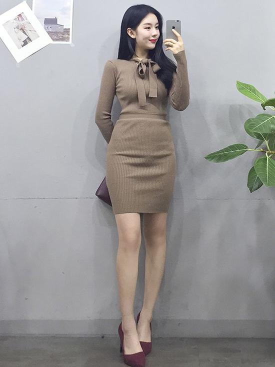 Váy len được xây dựng trên nhiều tông màu từ trung tính đến rực rỡ để phái đẹp tha hồ chọn trang phục hợp màu da.