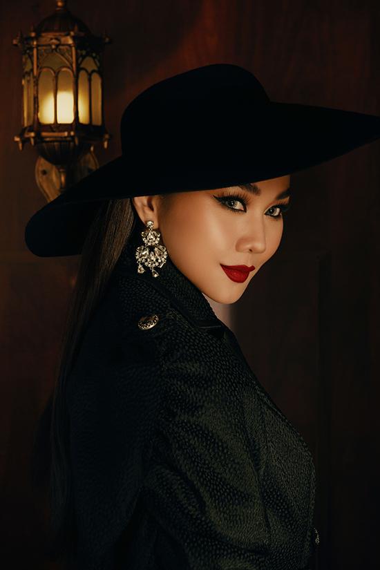 Thanh Hằng khoe vẻ sắc lạnh và không kém phần quyến rũ với đôi môi đỏ đậm theo phong cách cổ điển được các minh tinh thế giới ưa chuộng.