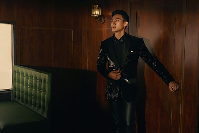 Mạc Trung Kiên khoe vẻ đẹp lãng tử khi khoác lên mình các bộ vest, suit được làm từ cácchất liệu vải tweed, sequins.