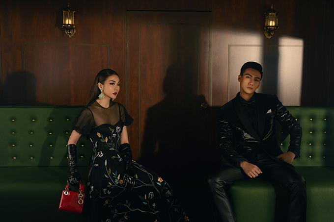 Với thiết kế vest đính sequins trở nên thu hút, quán quân The Face trở thành quý ông tưởng thành và uy tín với biểu cảm nam tính. Trong khi đó, Thanh Hằng khoe vẻ đẹp gợi cảm vừa đủ với váy xuyên thấu phần thân trên.