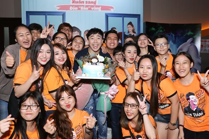 Sau khi suất chiếu kết thúc, người hâm mộ bí mật chuẩn bị bánh kem và hát mừng sinh nhật tuổi 32 cho Trấn Thành.