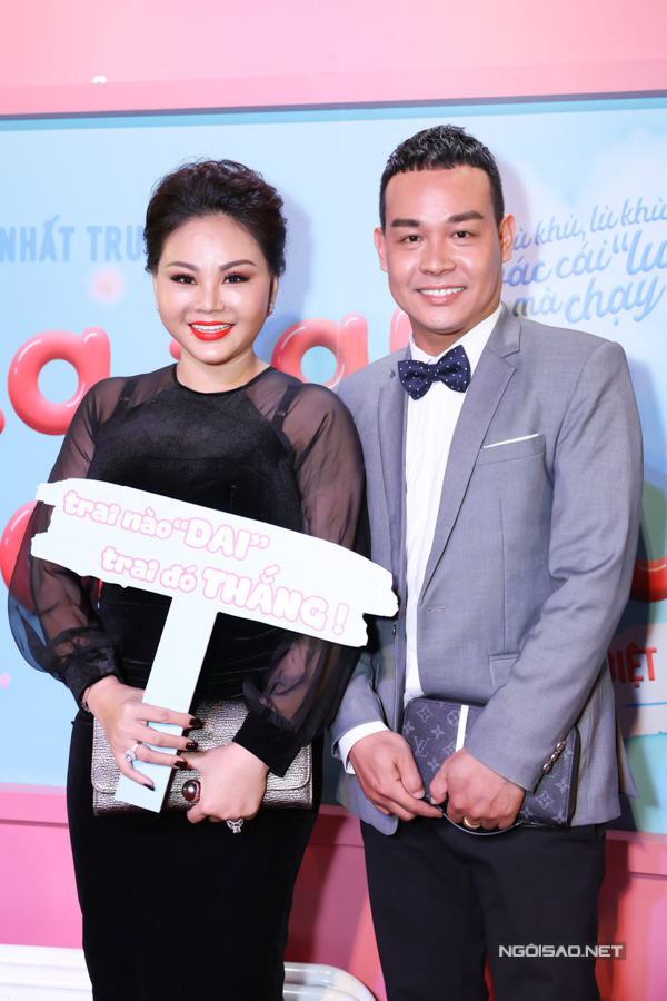 Dự buổi  ra mắt phim Cua lại vợ bầu, nghệ sĩ Lê Giang (trái) mất điểm do chọn sai nội y, để lộ quai áo ngực kém duyên.