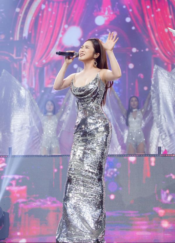 Thiết kế ánh bạc dài phủ giày cao gót giúp Hương Tràm thêm cuốn hút trên sân khấu.
