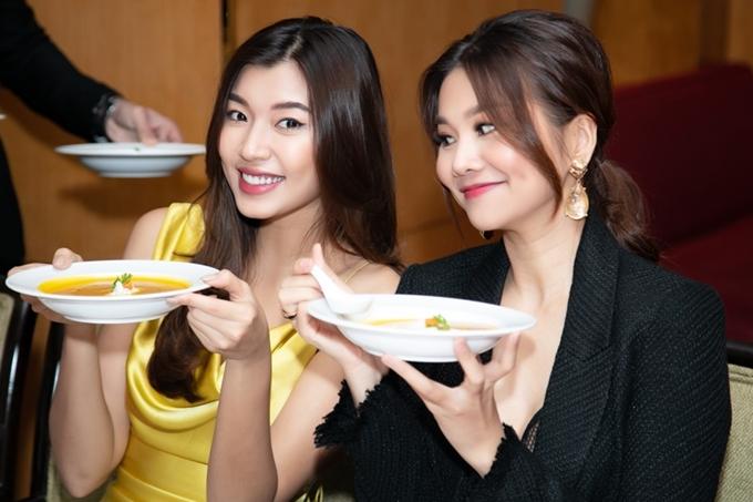 Buổi tiệc còn có sự góp mặt của người mẫu Đồng Ánh Quỳnh. Khán giả từng đặt nghi vấn cả hai có tình cảm trên mức chị em, nhưng Á quân The Face 2017 phủ nhận.