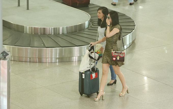 Ngân Anh được bố mẹ đón ở sân bay khi về nước với danh hiệu Á hậu 4 - 2