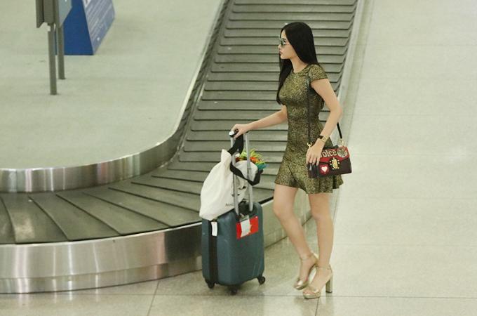 Ngân Anh được bố mẹ đón ở sân bay khi về nước với danh hiệu Á hậu 4 - 3