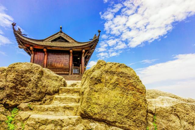 Chùa Đồng uy nghi, cheo leo trên đỉnh núi 1.000 m. Ảnh: Chudu24