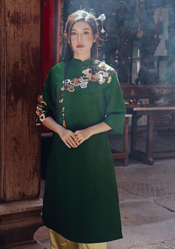 Trong bộ ảnh sắm vai thiếu nữ diện áo dài đi lễ chùa,Huyền Mykhông chỉ làm mẫu mà còn đóng góp ý tưởng sáng tạo các mẫu trang phục áo dài cách tân.