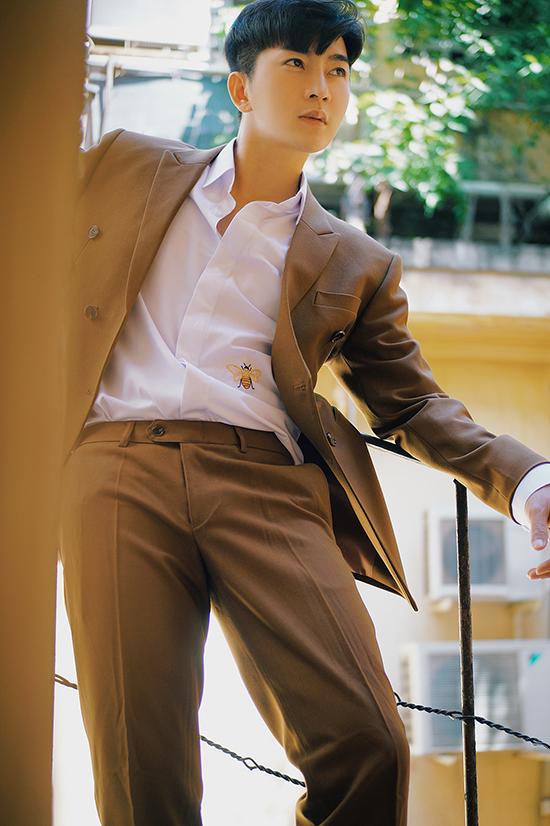 Trong ảnh vừa thực hiện trong những ngày đầu năm mới, Nam Hee ưu ái các mẫu suit, sơ mi đồng điệu cùng xu hướng thời trang thịnh hành.