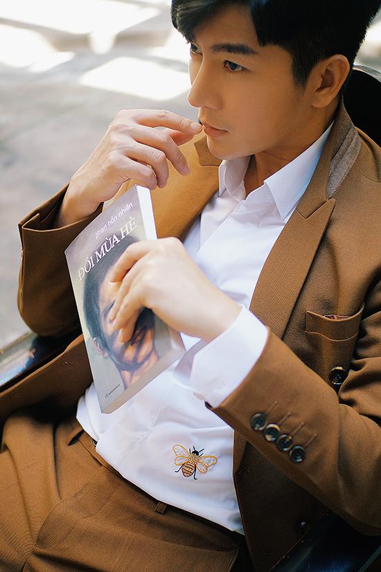 Chàng MC chọn áo thêu hoạ tiết ong vàng để phối cùng bộ suit nâu trầm. Hoạ tiết thêu tay tinh tế mang tới điểm nhấn độc đáo cho mẫu sơ mĩ kiểu basic.