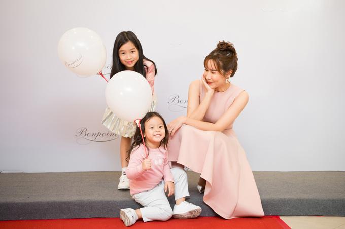 Kể từ khi nhạc sĩ Hồ Hoài Anh khoe ảnh rõ mặt công chúa út, đây là lần đầu tiên hai cô bé cùng xuất hiện tại một sự kiện với mẹ.
