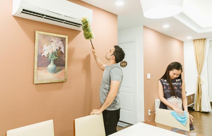 [Caption] Vợ chồng Trâm cũng đã lau dọn nhà cửa và sắm sửa những vật dụng cần thiết. Trâm sẽ dắt chồng đi mua những chậu hoa Mai, hoa Cúc để về chưng trong nhà. Và giải thích vì sao có những loại hoa này và nên ăn gì trong ngày Tết. Điều ấy sẽ giúp ông xã Trâm hiểu thêm về văn hoá của người Việt Nam, đặc biệt là ngày Tết.