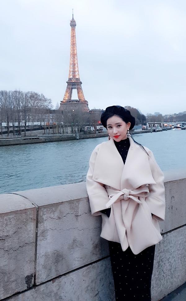 Hot girl Ivy thích thú khi được đặt chân tới kinh đô thời trang Paris. Cô dạo chơi bên dòng sông Seine và chụp ảnh kỷ niệm với tháp Eiffel - biểu tượng của nước Pháp.