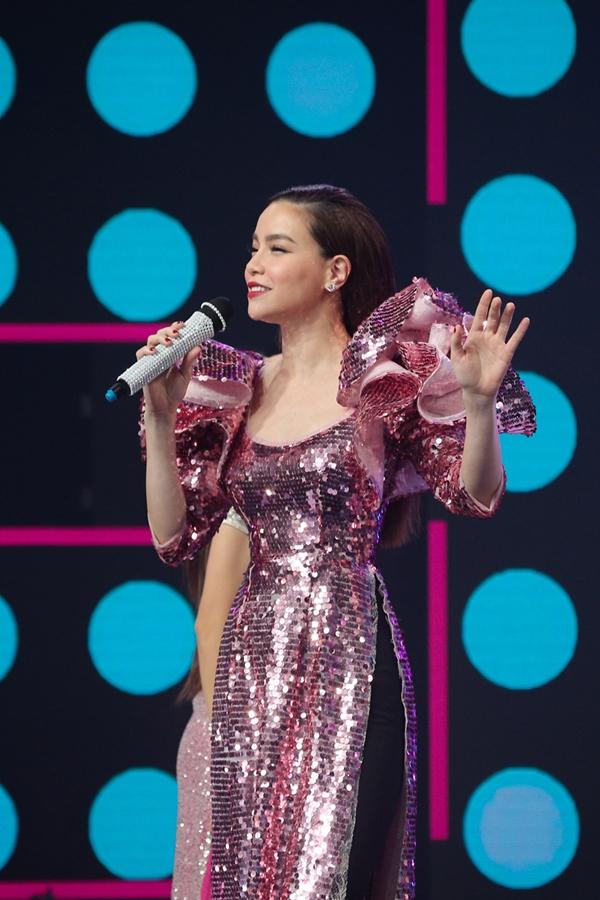 Nữ ca sĩ diện áo dài chất liệu sequins lấp lánh, thể hiện ca khúc Chào xuân mới