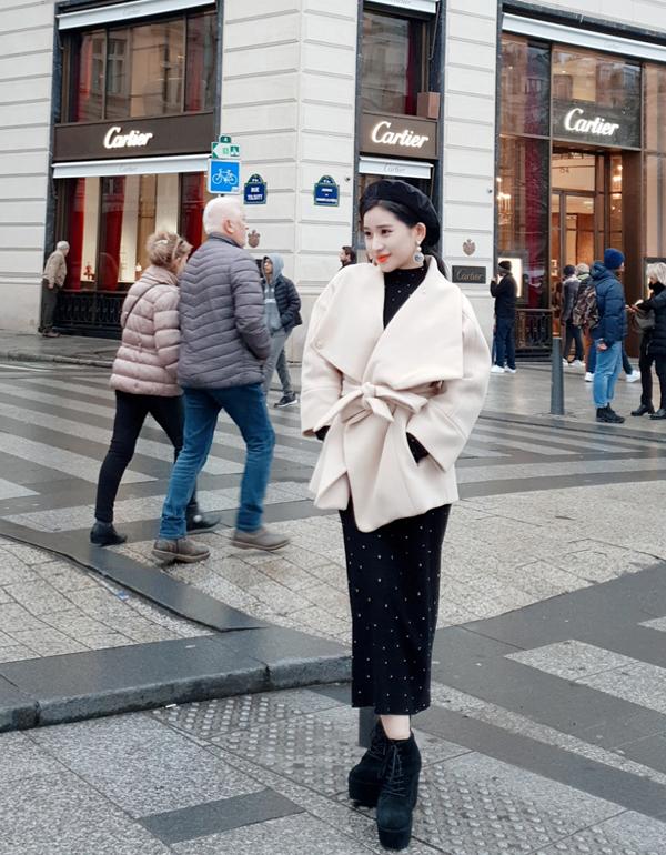 Người đẹp 9X tung tăng trên con phố chuyên bán hàng hiệu đẳng cấp ở Paris.