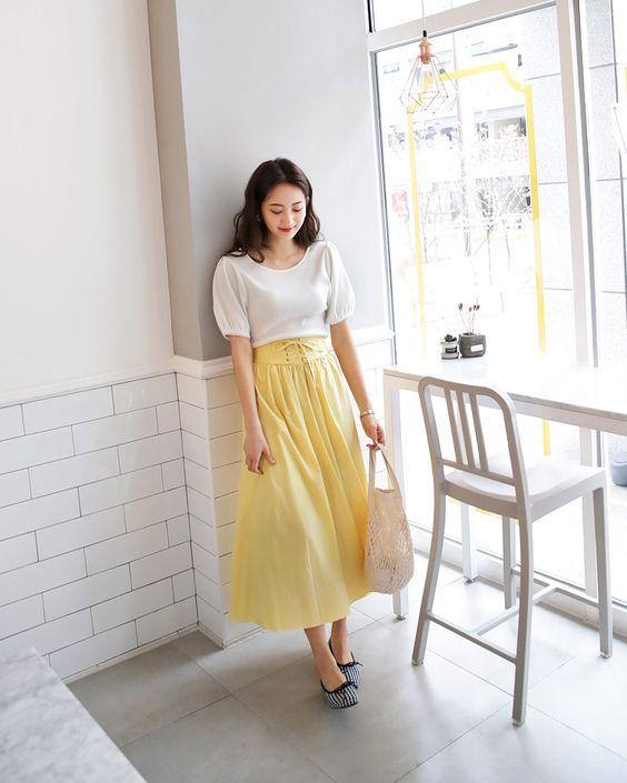 Phong cách cho các tín đồ của dòng thời trang vintage với áo tay bồng kết hợp cùng chân váy xoè. Sắc trắng hài hoà cùng tông vàng mơ của váy sẽ khiến hình ảnh của phái đẹp hài hoà hơn khi xuống phố.
