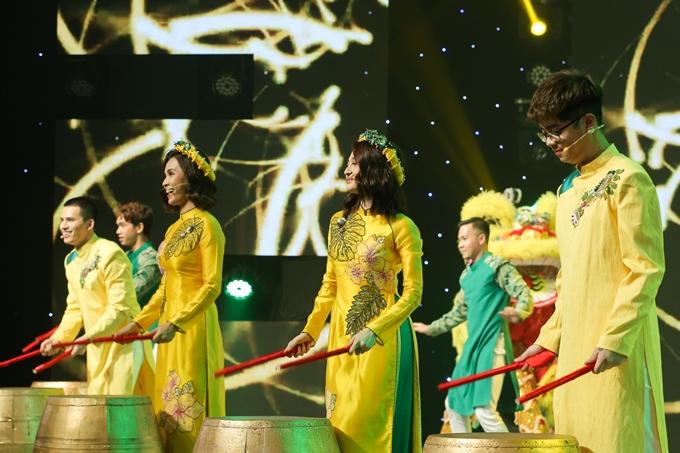 (từ trái sang) Quốc Thiên, Ái Phương, Bảo Anh, Bùi Anh Tuấn biểu diễn múa trống lân rộn rã trong tiết mục mở màn Xuân về khắp nơi.