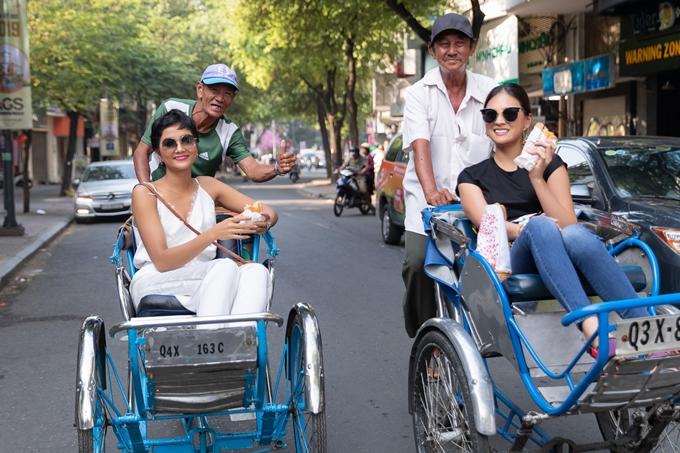 HHen đưa Yuumi Kato khám phá Sài Gòn. Ảnh: Thiên An.