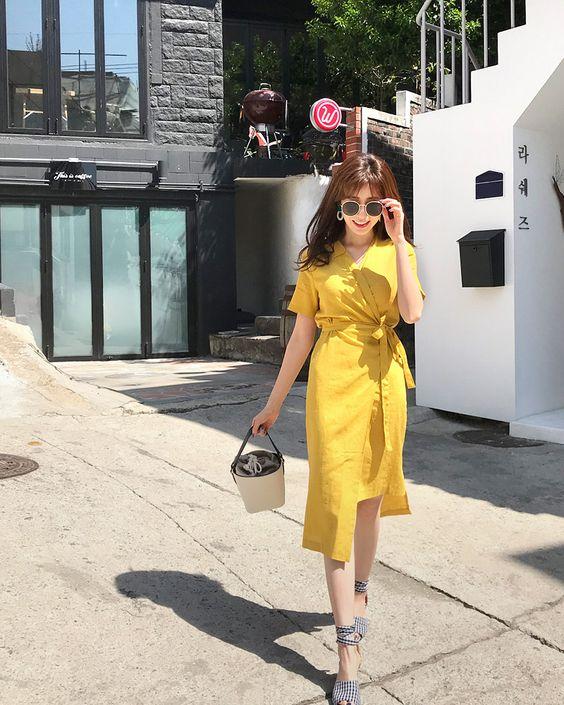 Váy thắt eo tông màu vàng tươi sẽ giúp người mặc rực rỡ trên phố. Sử dụng các chất liệu vải thô, linen, vải bố mỏng là xu hướng được các bạn gái phía Nam yêu thích ở mùa này.
