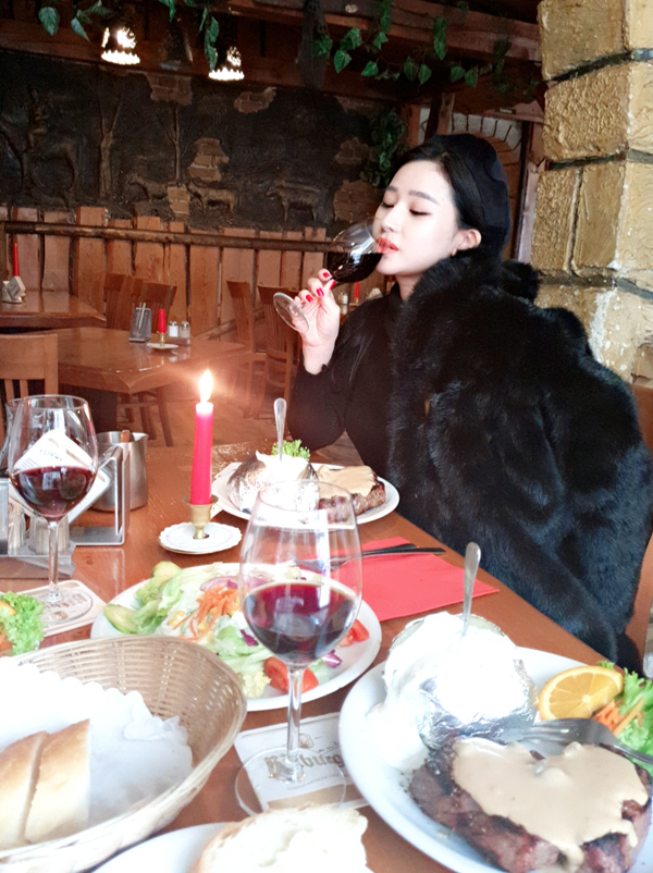 Người đẹp thưởng thức bữa tối kiểu Tâyvới thịt bò, rượu vang và ánh nến lung linh ở Berlin.
