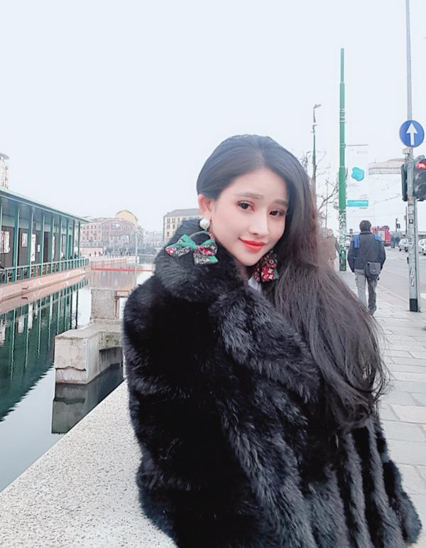 Cô chuẩn bị nhiều áo lông để chống lại cái lạnh âm độ ở châu Âu.